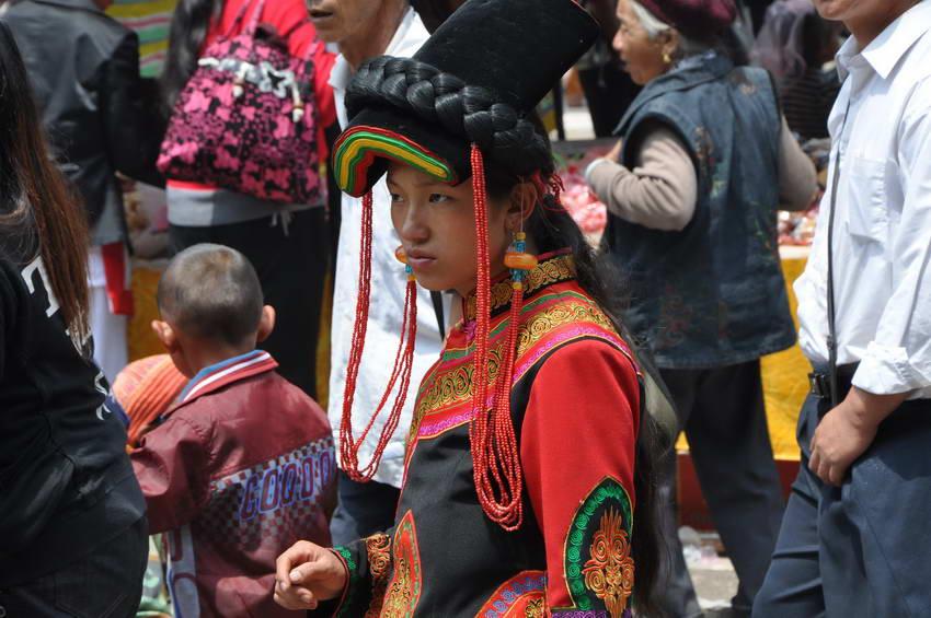 shaxi-shibaoshan-singing-festival-black-yi-woman